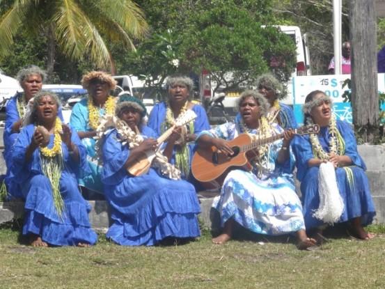 Ile de Lifou: Groupe de femmes Kanak qui chante pour l'arrivé des Australiens.