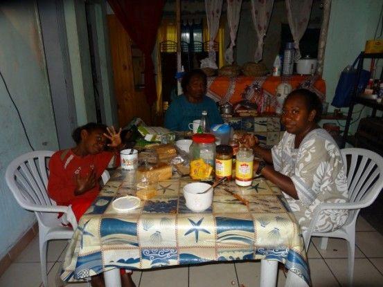 Festival de Lifou: Alors que je pensais dormir dehors....ou me faire ecraser par une voiture, je suis accueilli par une famille Kanak