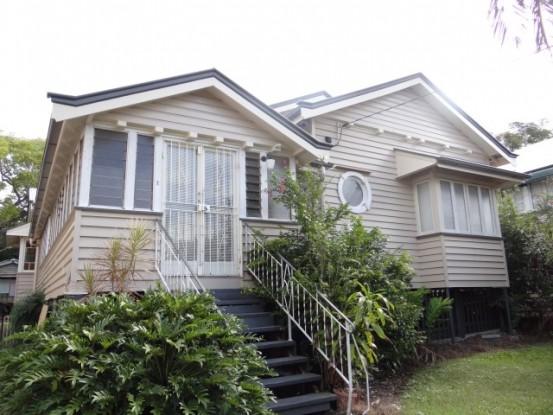 Australie-Brisbane: Voici la maison de Neil. Une maison typique du Queensland.