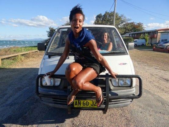 Australie-Bowen: Quand il n'y a plus de place dans la voiture Sana trouve quand meme de la place...