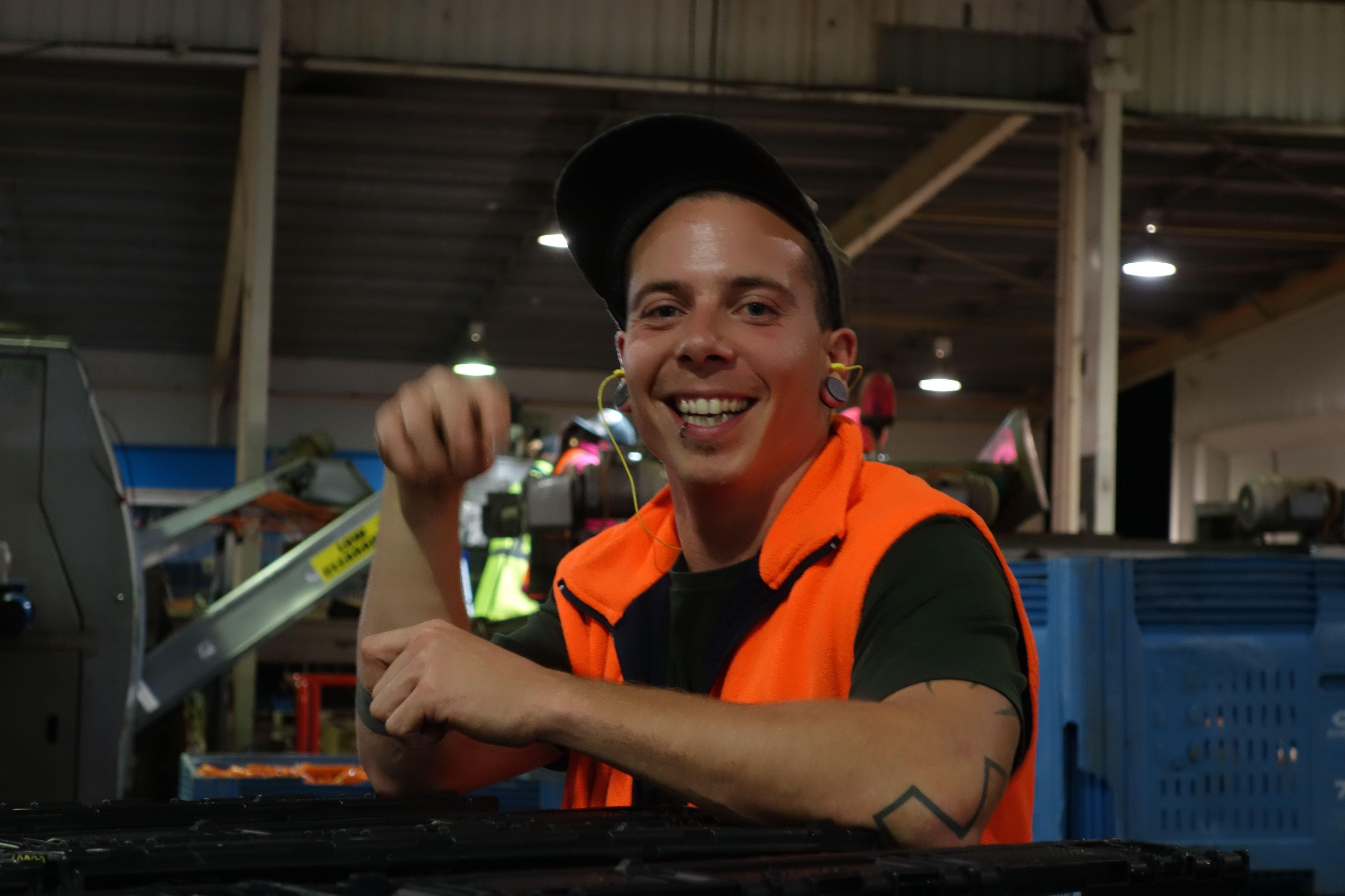 Australie- Tasmanie: Le mec LUDOVIC, un français, qui a réussi a trouver le job le plus cool d'Australie. Prendre la température de l'eau et le PH et paye 20 dollars de l'heure. Le taf que j'aurai aime. lil
