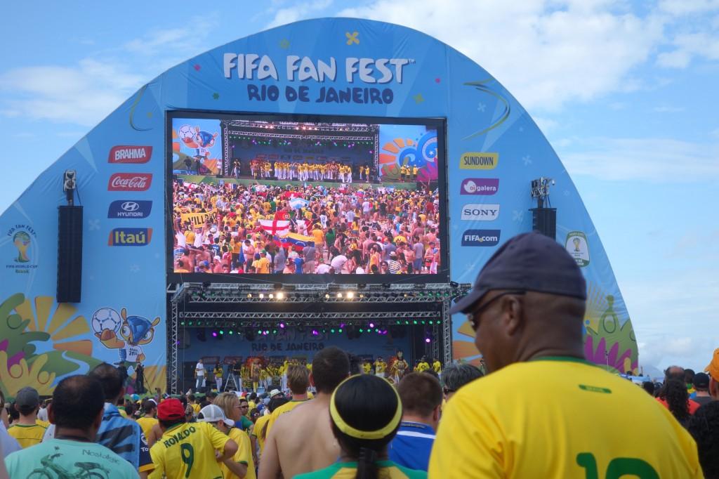COUPE DU MONDE BRESIL 2014: Ecran géant sur la plage de Copacabana.