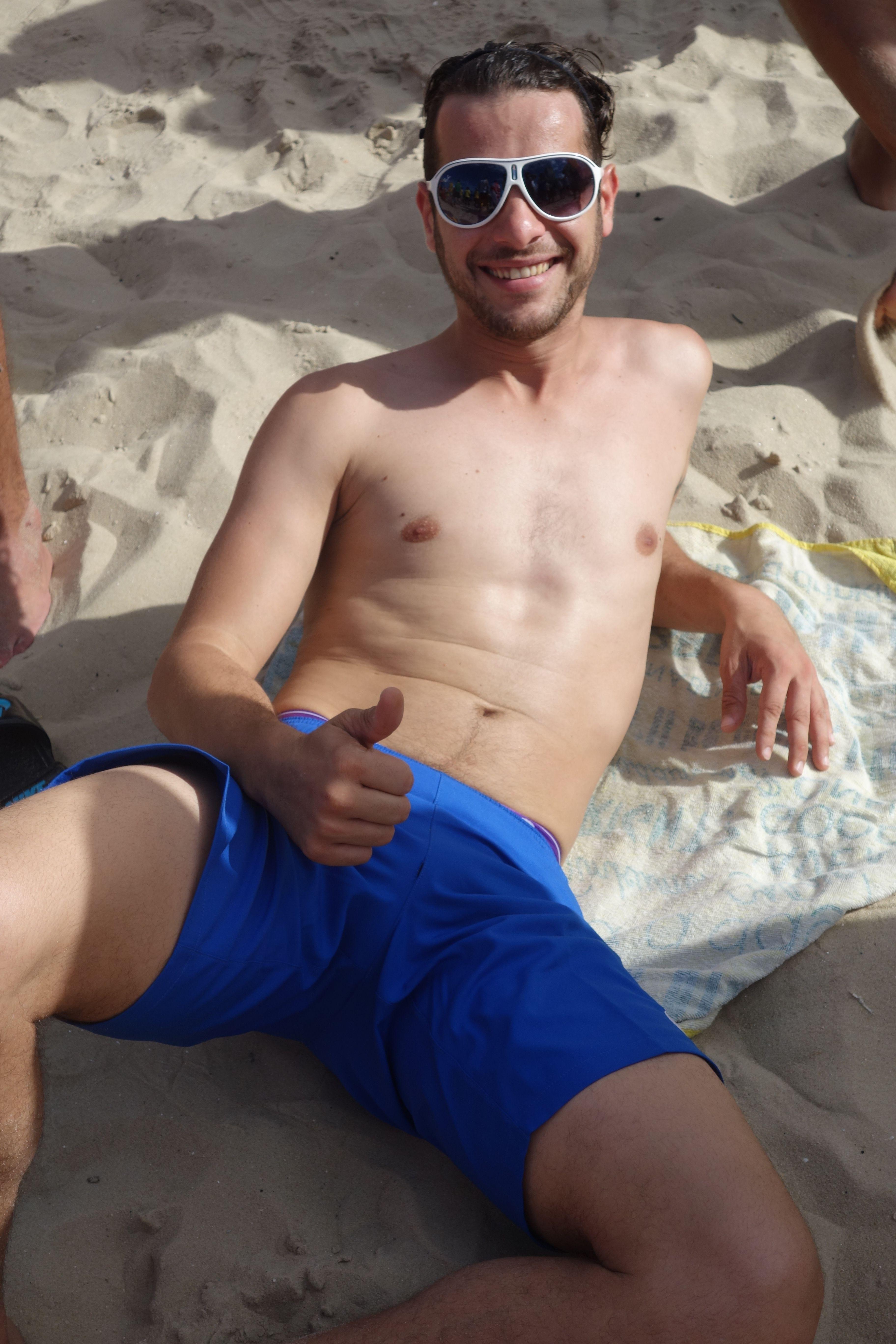COUPE DU MONDE BRESIL 2014: Plage de Copacabana, si le Bresil retient son souffle, Alex profite du soleil...