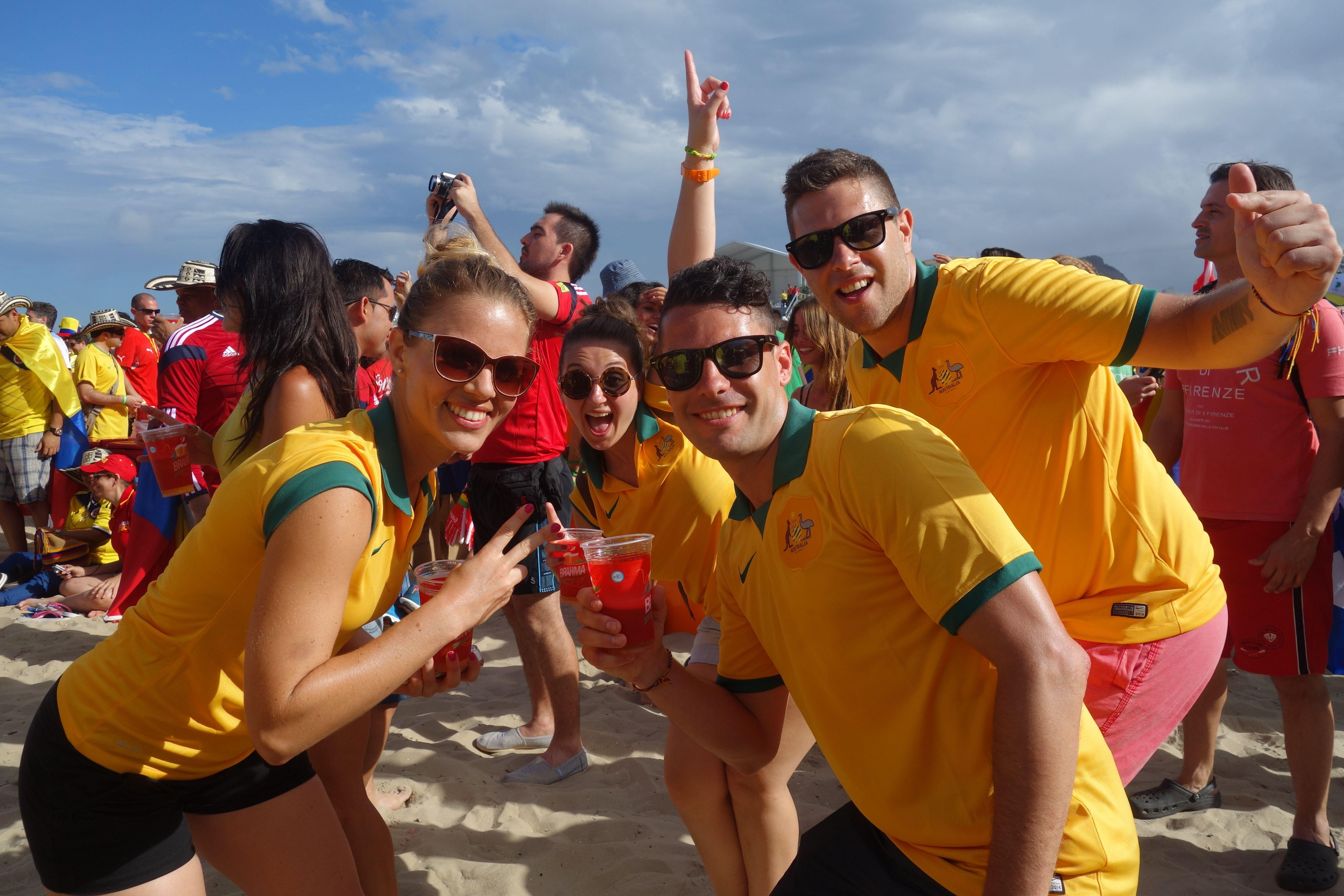 COUPE DU MONDE BRESIL 2014: Plage de Copacabana avec des Australiens en nombres.