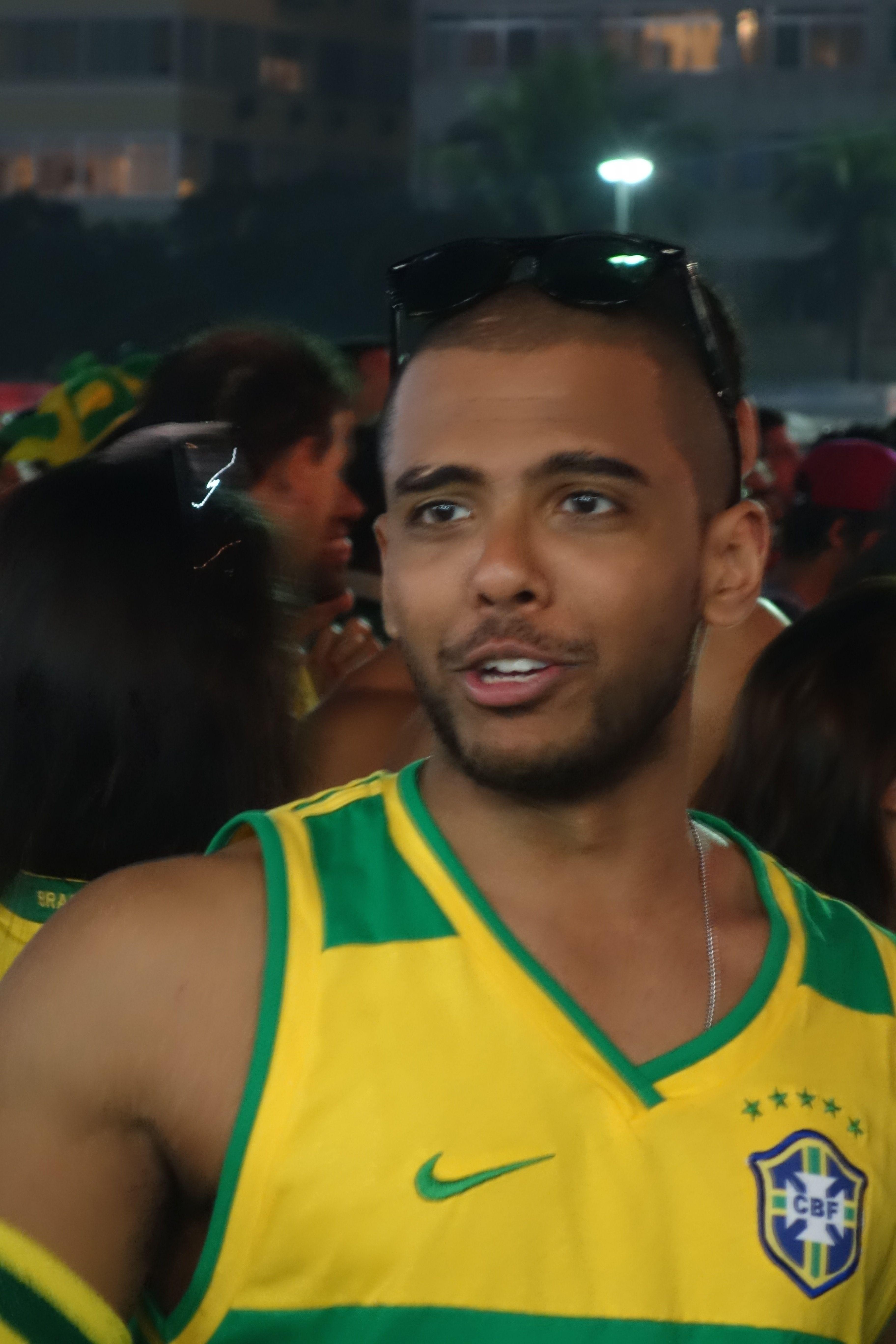 Coupe du Monde de football: Du cote de Rio de Janeiro et de la plage de Copacabana...ciel mon mari!!! lol. Pas mal non?