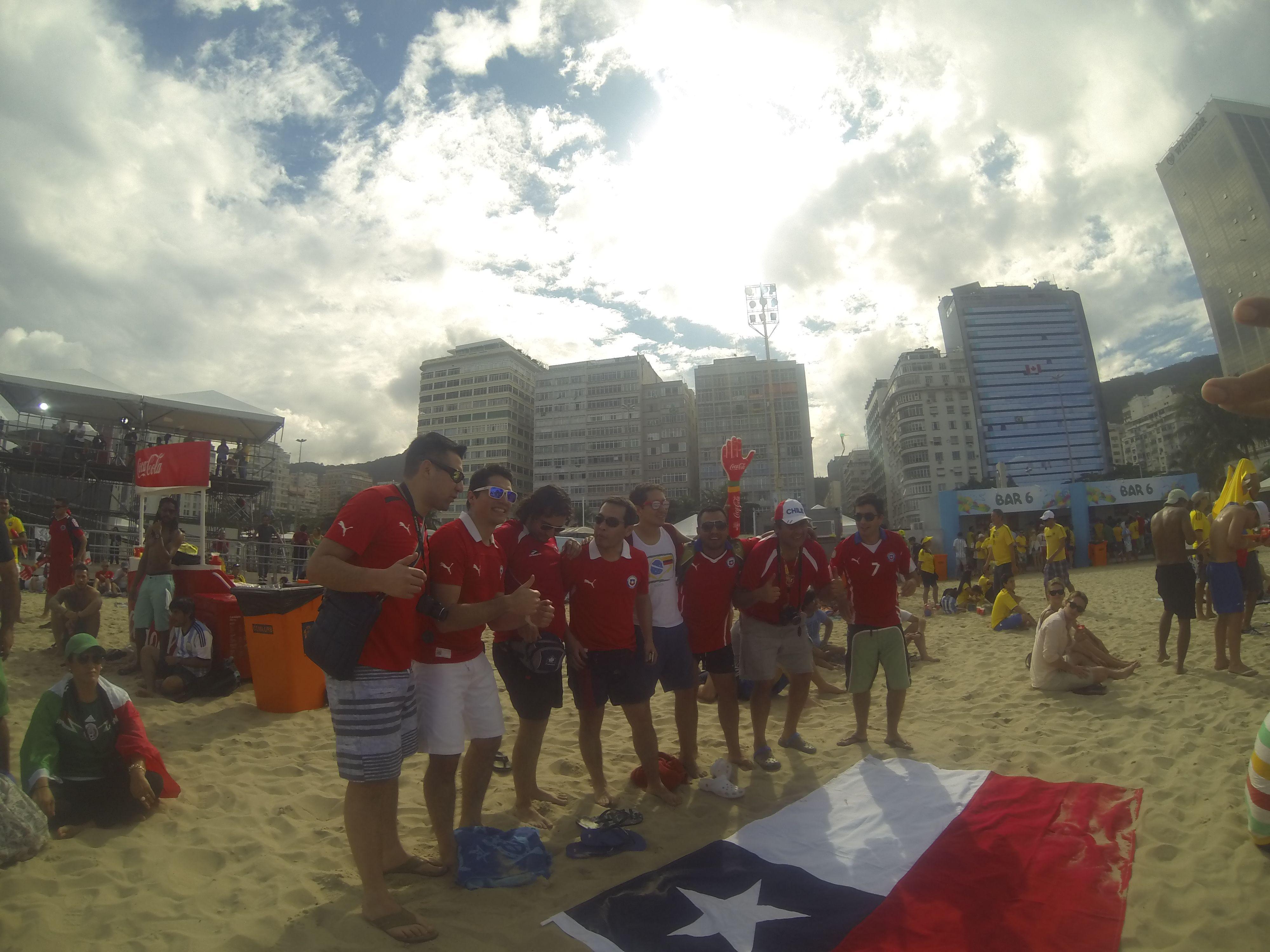 COUPE DU MONDE BRESIL 2014: Plage de Copacabana, les chiliens tres tres present.