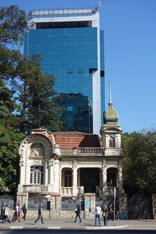 Sur l'avenue Pauliste de Sao Paulo au Brésil une ancienne maison se marie avec de nouveaux batiments photo blog voyage tour du monde travel https://yoytourdumonde.fr