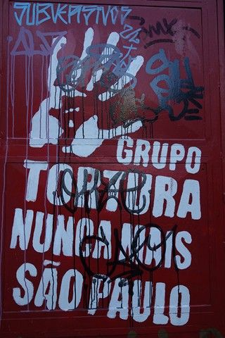 Bresil-Sao Paulo: Affiche en pleine rue de Sao Paulo sur la dictature.