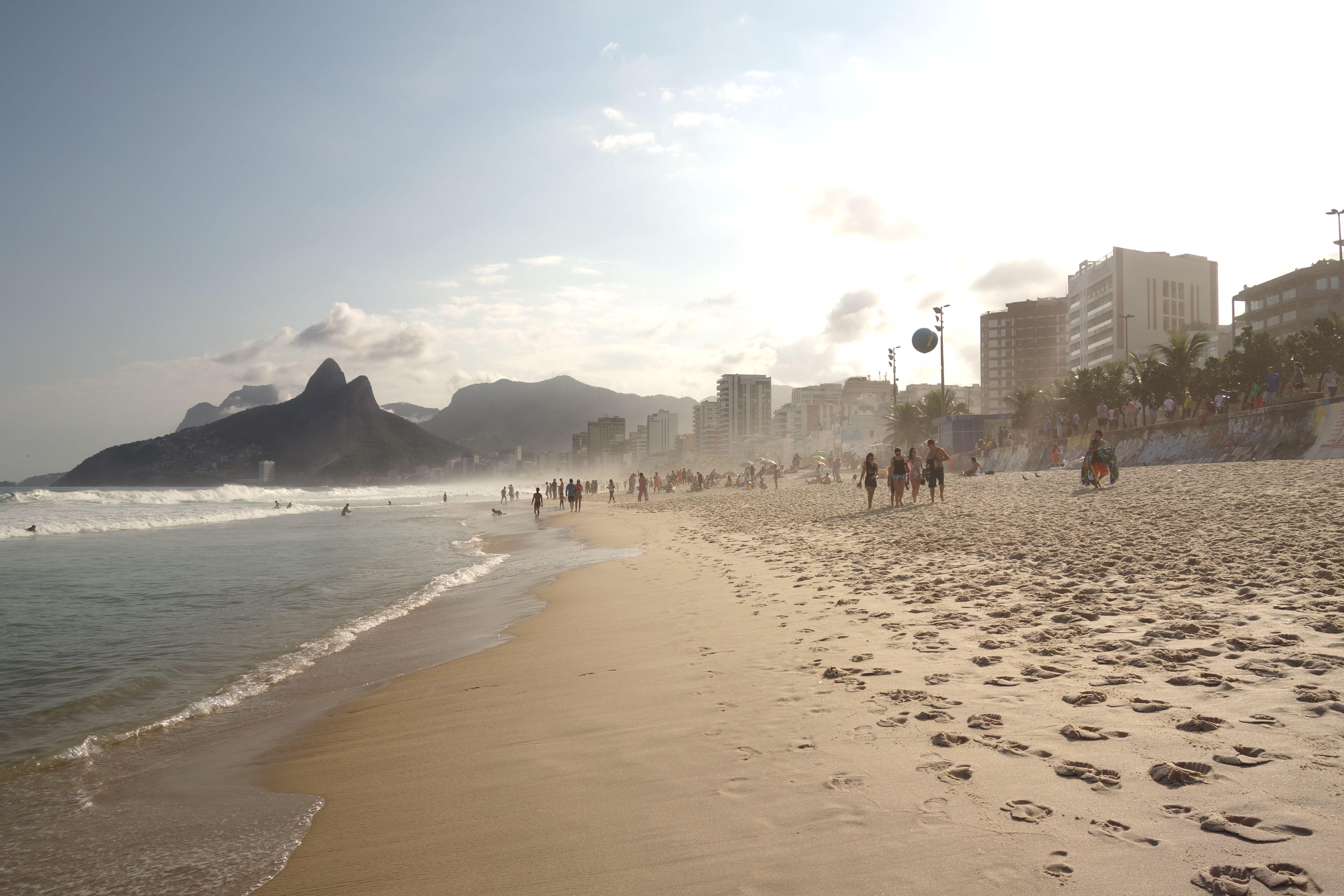 La plage d'ipanema est une très longue et belle plage à Rio de Janeiro au Brésil photo blog voyage tour du monde travel https://yoytourdumonde.fr