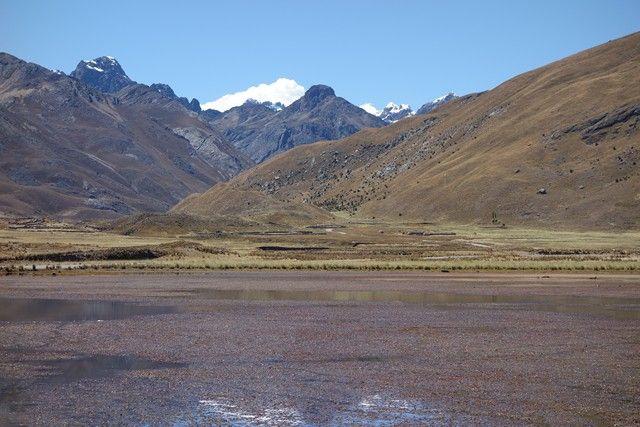 Perou-Huaraz: Sur la route en direction du Glacier Pastouri avec le lac de couleur rouge.