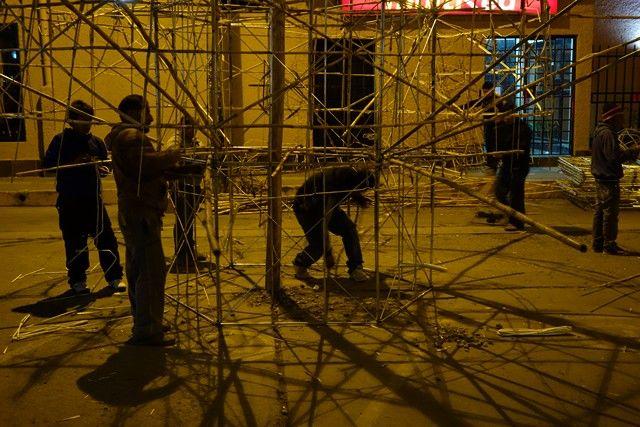 Perou-Huaraz: FLes groupes pour construire le chateau d'ou sera tire le feu d'artifice s'activent.