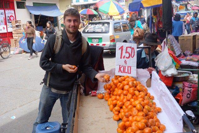 Peru-Huaraz: Et bé moi aussi je suis devenu vendeur. Apres le café les oranges!