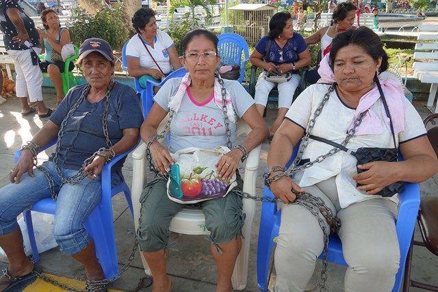 Pérou: Des professeurs à Yurimaguas sont enchainé pour demander leurs salaires