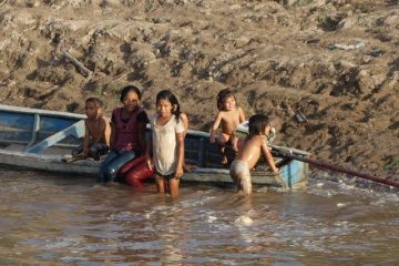 Pérou-Amazonie: Des jeunes qui s'amusent dans l'eau issue d'une communauté indigène.