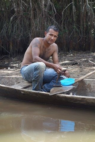 Perou- Reserve de Pacaya Samiria: Le pecheur de piranha.