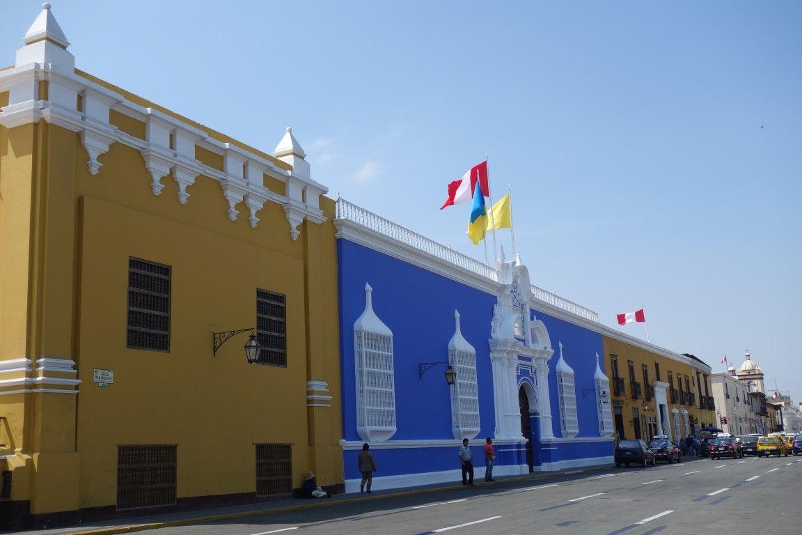 Des maisons de toutes les couleurs sur la Plaza de Armas à Trujillo.