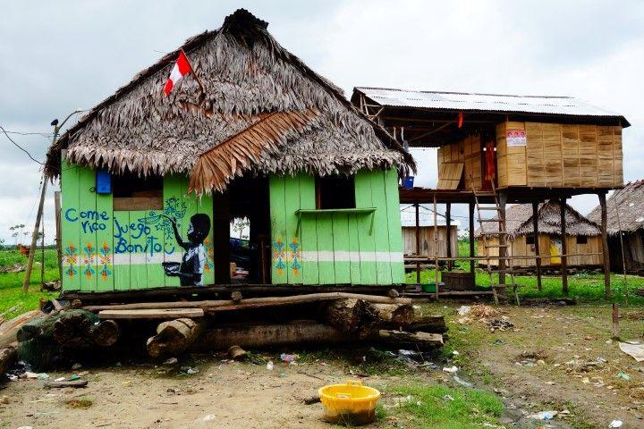 Perou-Amazonie: Maison en bois dans le quartier de Belen à Iquitos. A voir sur le blog https://yoytourdumonde.fr/voyage-perou-iquitos-ville-amazonie/