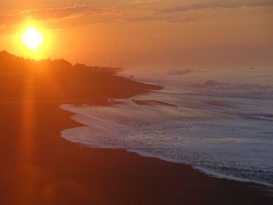 Voyage au Guatemala: Monterrico et superbe plage au couché du soleil photo blog voyage tour du monde travel https://yoytourdumonde.fr