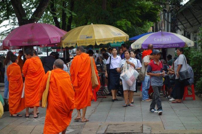 moines-bouddhisme-temple-bangkok-thailande