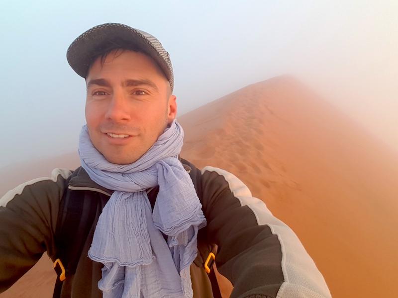 Namibie: Dune45 et brouillard au petit matin dans le Désert de Namib-Naukluft photo blog voyage tour du monde travel https://yoytourdumonde.fr