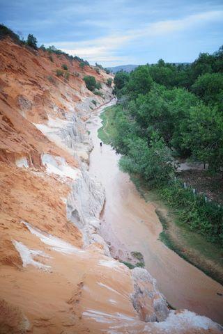 la riviere Suoi Tien cherche so chemin dans un canyon a Mui Ne dans le sud du vietnam