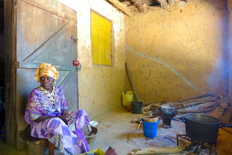 Une habitante d'Affiniam dans sa maison traditionnelle photo blog voyage tour du monde https://yoytourdumonde.fr