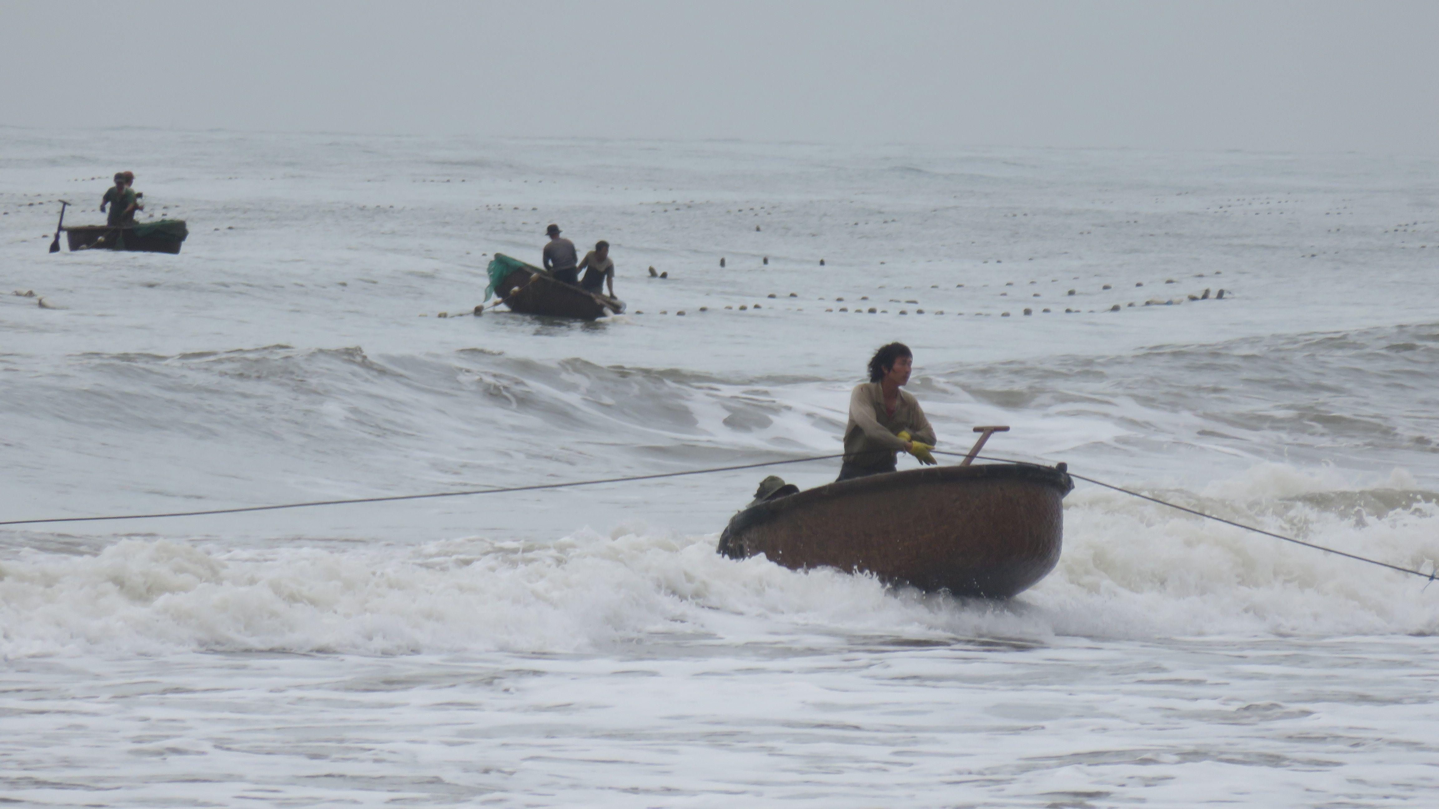 bateau tout rond et partie de peche dans le sud du vietnam a Mui Ne