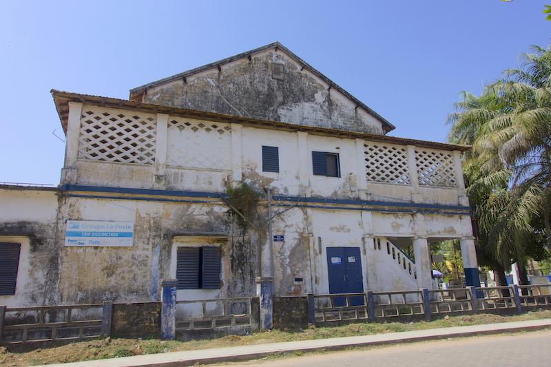 Batiment colonial à Ziguinchor en Casamance au Sénégal photo blog voyage tour du monde https://yoytourdumonde.fr