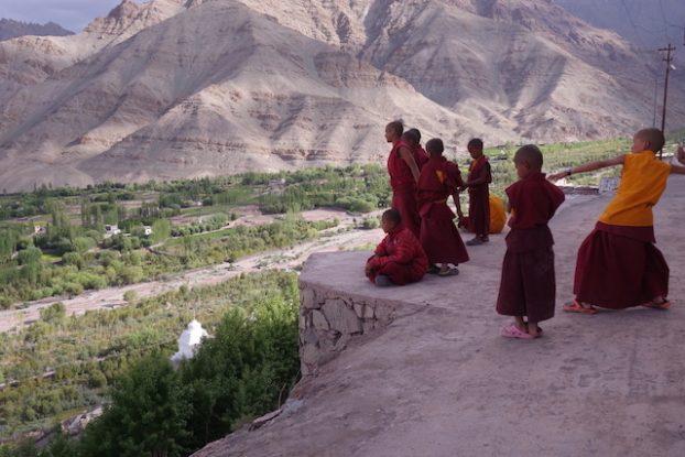 Moines bouddhistes qui s'amusent pres d'un temple au Ladakh photo voyage tour du monde https://yoytourdumonde.fr