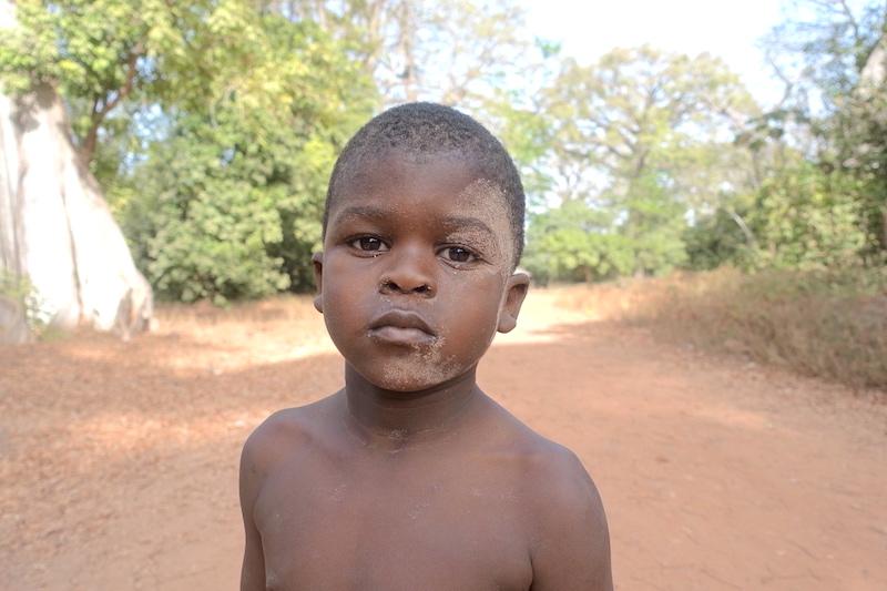 Rencontre avec un enfant de Bouyouye en Casamance au Sénagal. Photo blog voyage tour du monde https://yoytourdumonde.fr