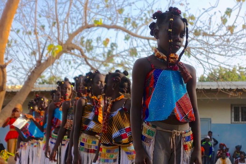 Cérémonie d'hommage à Aline Sitoe Diatta à Cabrousse au Sénégal en Casamance avec danse. Photo blog voyage tour du monde https://yoytourdumonde.fr
