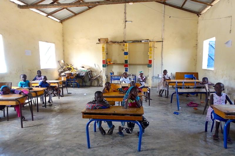 Ecole sur l'ile de Carabane au Sénégal. Photo blog voyage tour du monde. https://yoytourdumonde.fr