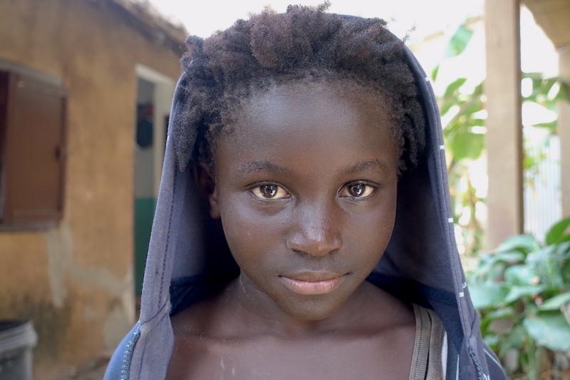 Portrait jeune fille de carabane au Sénégal en Casamance photo blog voyage tour du monde https://yoytourdumonde.fr