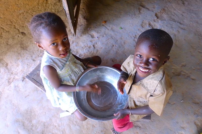 Photos d'enfants finissant leur riz, photo blog voyage tour du monde https://yoytourdumonde.fr