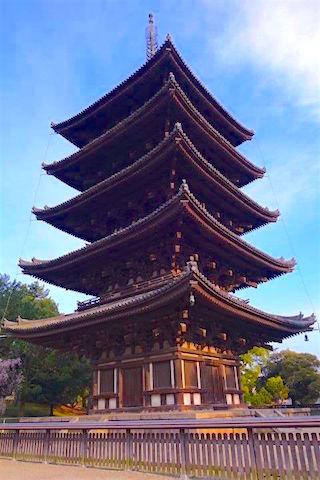 Tres beau temple en bois de 5 étages à Nara photo blog voyage tour du monde https://yoytourdumonde.fr