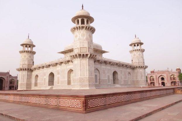 Le Itamad Ud-Daulah est un batiment pres de Agra d'une beauté hallucinante. Voyage tour du monde photo https://yoytourdumonde.fr