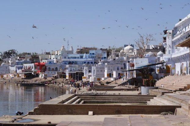 Pushkar dite la ville de Brahma est une vilel sainte avec son lac sacré et ces ghats que vous devez visiter attention arnaque à touriste photo voyage tour du monde https://yoytourdumonde.fr