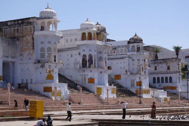 Ville du Rajasthan ou le dieu Brahma fit tomber un lotus depuis des milliers d'hindouistes viennent prier pres du lac et dans les gahts de pushkar photo blog voyage tour du monde https://yoytourdumonde.fr