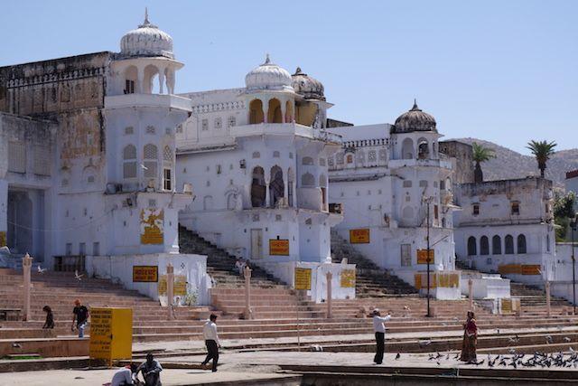 Ville du Rajasthan ou le dieu Brahma fit tomber un lotus depuis des milliers d'hindouistes viennent prier pres du lac et dans les gahts de pushkar photo blog voyage tour du monde http://yoytourdumonde.fr