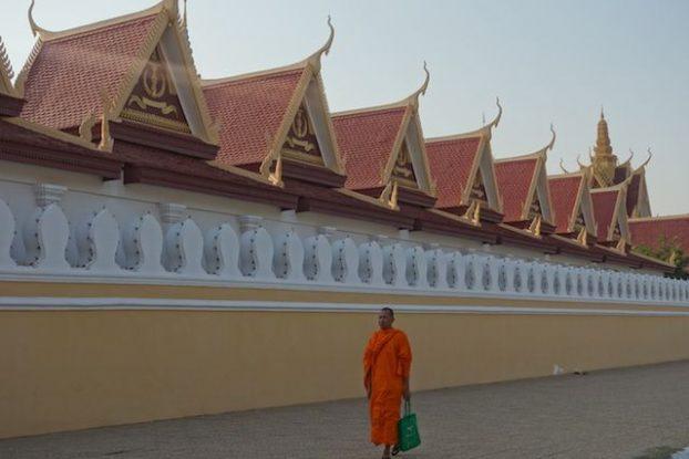 temple et moine bouddhiste du cote de phnom penh au cambodge phoot blog https://yoytourdumonde.fr