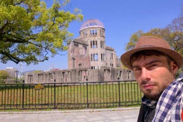 Appelé le dome de la bombe atomique ce bâtiment délabré était un ancien palais avant la bombe atomique photo blog voyage tour du monde https://yoytourdumonde.fr