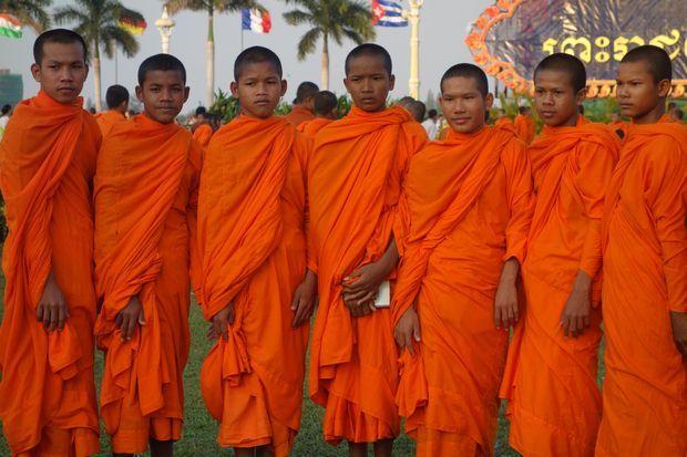 moines-bouddhistes-cambodge