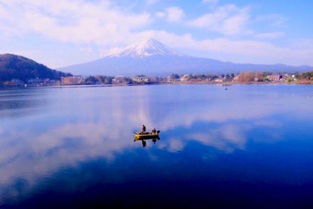 Le mont Fuji sur le lac Kawaguchi ko avec un bateau de pecheur. Photo blog voyage tour du monde https://yoytourdumonde.fr