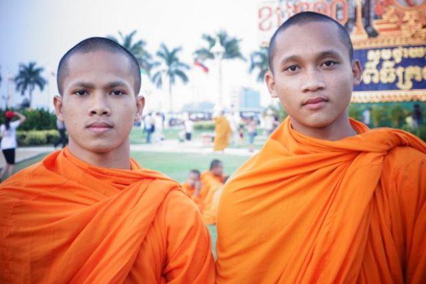 rencontre avec des moines bouddhistes du cote de phnom penh avant d'aller a killing fileds photo blog http//yoytourdumonde.fr