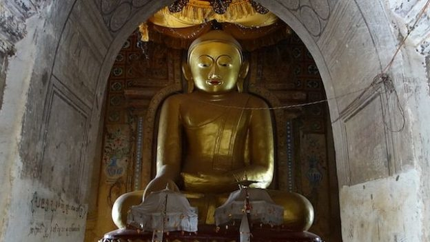 statue de bouddha dans un temple de la cite archeologique de bagan photo blog voyage tour du monde https://yoytourdumonde.fr