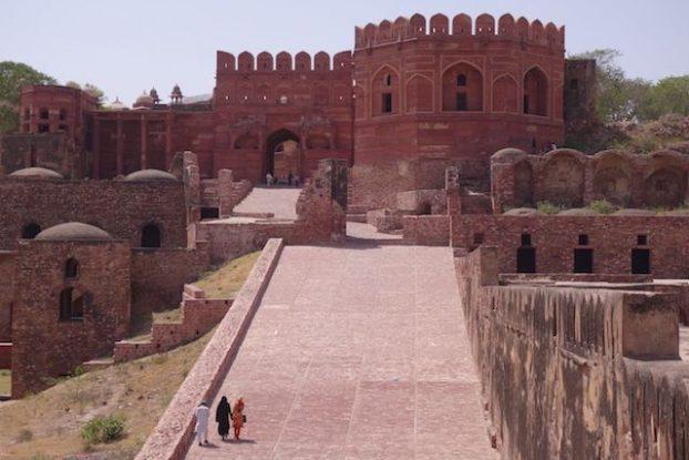 L'une des portes d'entrées du palais d'Akbar à Fatehpur Sikri en Inde. Photo blog tour du monde https://yoytourdumonde.fr