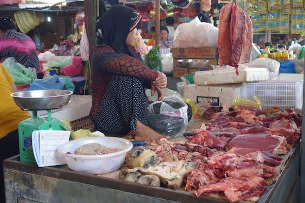 La maniere de vendre les produits sur le marché de Kampo au Cambodge est vraiment différente des marchés mondiaux. Photo blog tour du monde: https://yoytourdumonde.fr