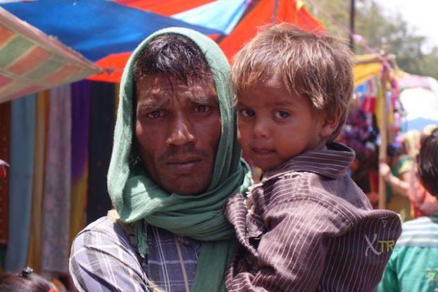Portrait familiale entre un pere et son fils à Fatehpur Sikri en Inde photo voyage tour du monde https://yoytourdumonde.fr