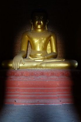Bouddha dans l'un des temples du site archeologique de Bagan photo voyage tour du monde https://yoytourdumonde.fr