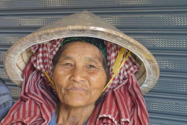 Portrait d'une vendeuse sur le marché de Kampot au Cambodge. Photo https://yoytourdumonde.fr